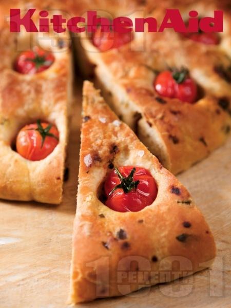 Италианска питка фокача с босилек, чери и сушени домати (с мая, без яйца) - снимка на рецептата